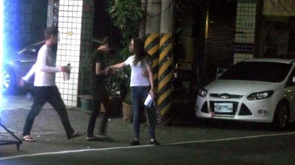警方查獲王女(右二)與簡女(右一)在一起協助運毒。(記者陳文嬋翻攝)