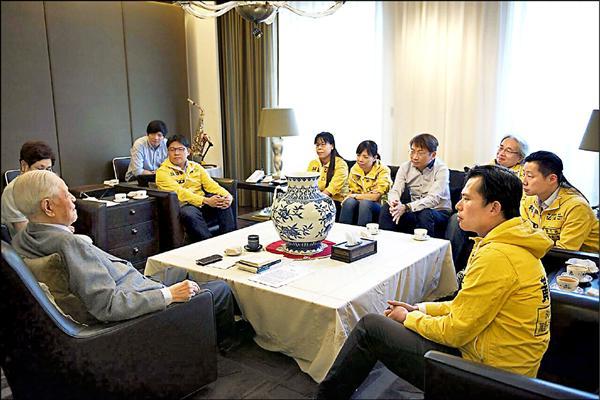 「時代力量」執行黨主席黃國昌及黨籍立委參選人昨拜會前總統李登輝,爭取李在未來選戰的支持。(時代力量提供)