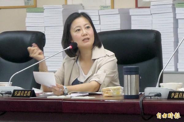 市議員吳思瑤指出,柯市府同期退休人數,比前市長郝龍斌時代少。(記者梁珮綺攝)
