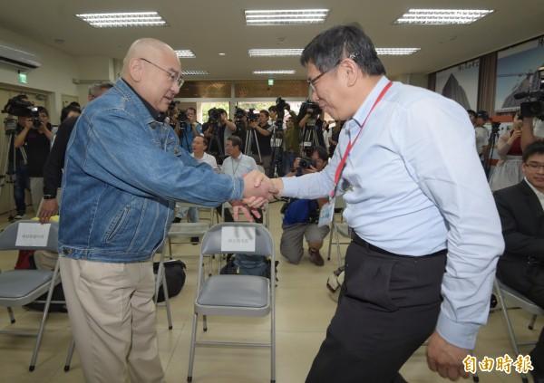 台北市長柯文哲(右)與順泰集團總裁尹衍樑(左)28日一起出席興隆公共住宅招租說明會。 (記者王敏為攝)