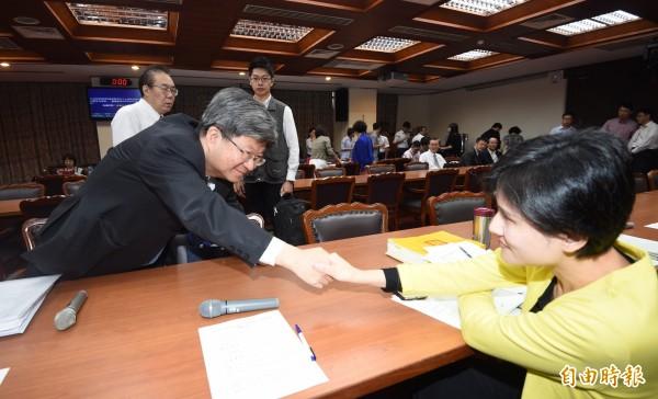 教育部長吳思華(左)28日列席立法院教育委員會,會前與民進黨籍立委鄭麗君(右)致意。(記者羅沛德攝)