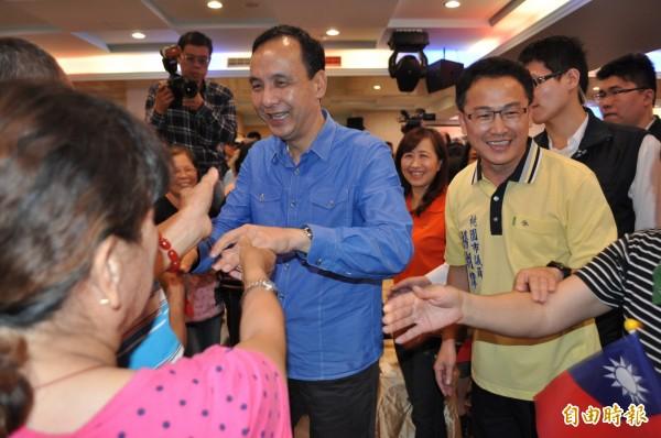 國民黨總統參選人朱立倫(中)在大溪獲支持者熱烈歡迎。(資料照,記者周敏鴻攝)