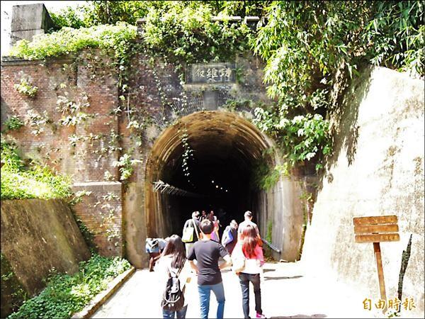 功維敘隧道已有112年歷史,隧道北口有造型典雅優美如城堡般的紅磚砌拱。(記者彭健禮攝)