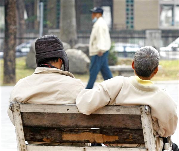 立法院昨初審「老人福利法部分條文修正草案」,明訂老人請領之中低收入老人生活津貼、特別照顧津貼,不得有設籍時間的限制。(資料照,中央社)
