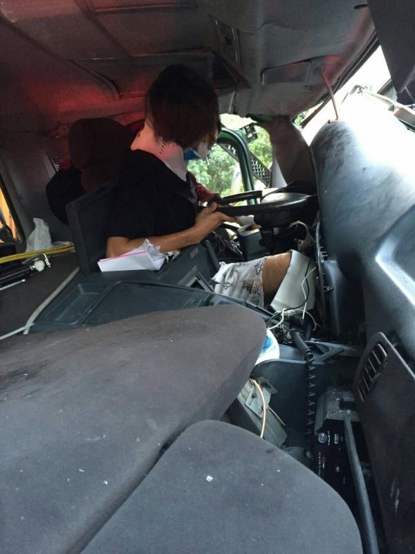 駕駛卡在車內,一度動彈不得。(記者朱則瑋翻攝)