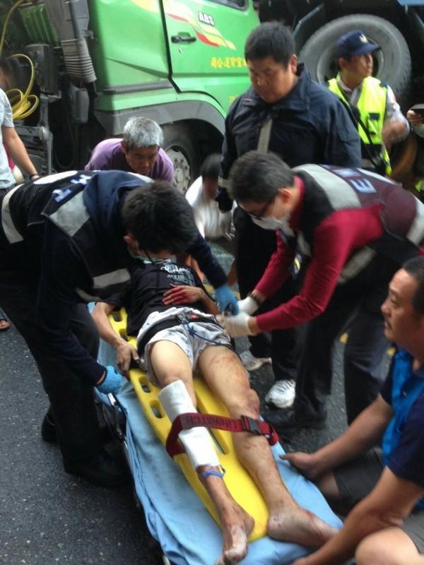 消防人員將駕駛送醫急救。(記者朱則瑋翻攝)