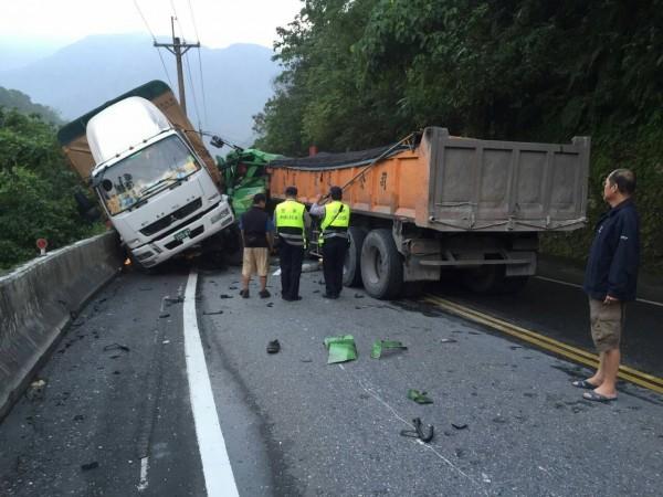 大貨車和砂石車對撞,造成一人輕傷。(記者朱則瑋翻攝)