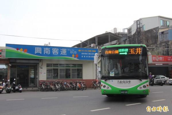 交通局推動11 月「微笑公車月」,邀民眾多搭大台南幹線公車輕旅行。(記者洪瑞琴攝)