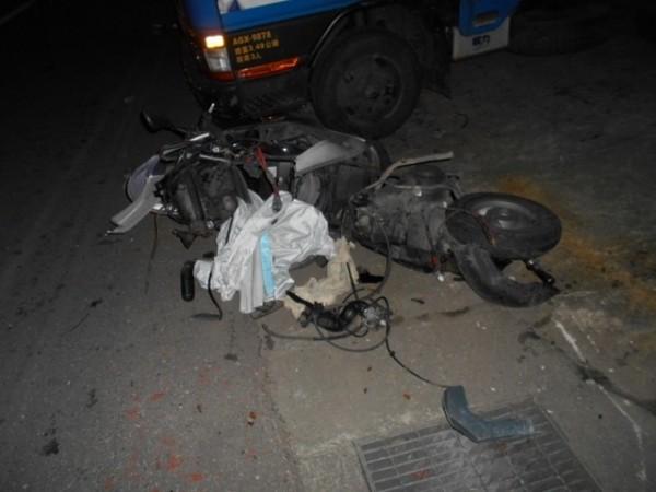 花蓮縣吉安鄉建國路二段發生一起死亡車禍,機車被撞到全毀。(記者王錦義翻攝)