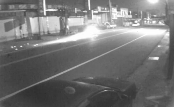 花蓮縣吉安鄉建國路二段發生一起死亡車禍,紅色吉普車超速撞同向機車,地面噴出火花。(記者王錦義翻攝)