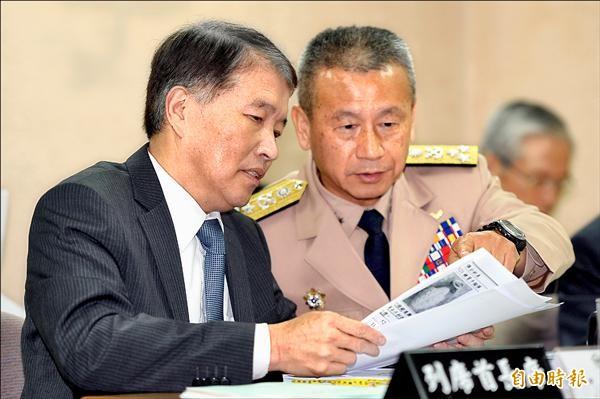 國防部長高廣圻(左)昨在立院備詢前和副參謀總長蒲澤春研究資料。(記者林正堃攝)