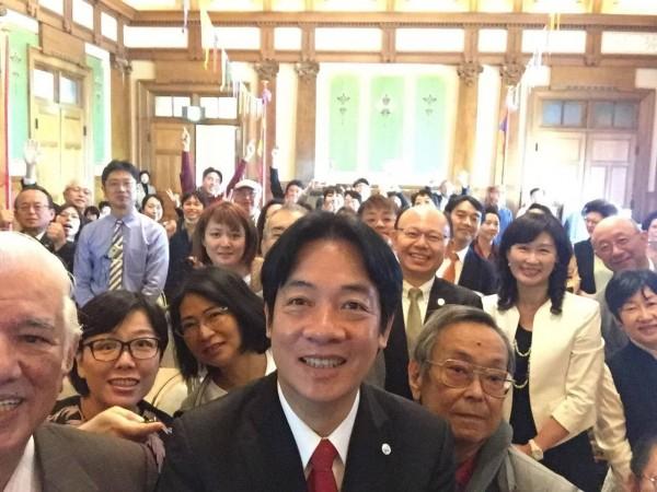 台南市長賴清德今天心情大好,活動期間和民眾玩起現場自拍。(圖擷取自賴清德臉書)