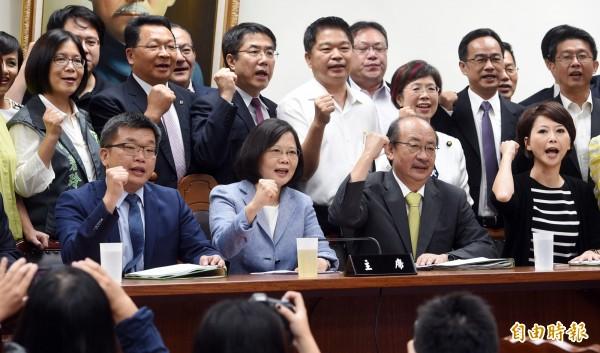 林濁水卻認為,國會的第一次政黨輪替,是「台灣民主化必須跨越的一個里程碑。」(資料照,記者羅沛德攝)