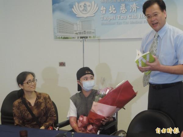 劉崇治代表學校歡迎林思葶盡快回校上學。(記者翁聿煌攝)
