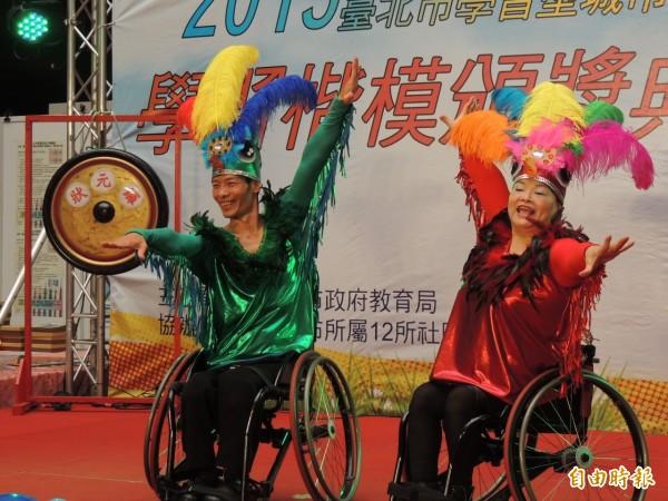 蘇俊源夫婦罹患小兒麻痺,卻不囿於外表缺憾,跨越障礙,練得一身輪椅好舞藝,獲頒學習型家庭楷模。(記者謝佳君攝)