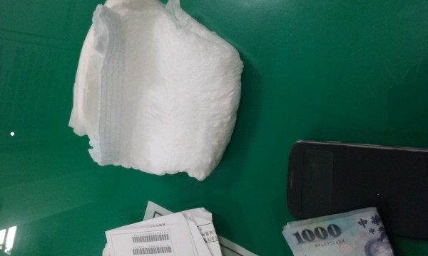 林男包包裡也搜出另一片備用的尿布。(記者何宗翰翻攝)