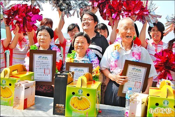 第十萬名遊客張箱(前排中),以及上下號的林蘇仁(前排左)、簡守文(前排右),接受公所民政課長林文遠(後排中)頒獎後,大家開心合照。(記者陳鳳麗攝)