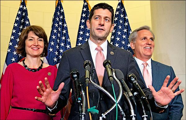 美國共和黨中生代政治明星、威斯康辛州聯邦眾議員萊恩(中)順利當選議長。(美聯社)
