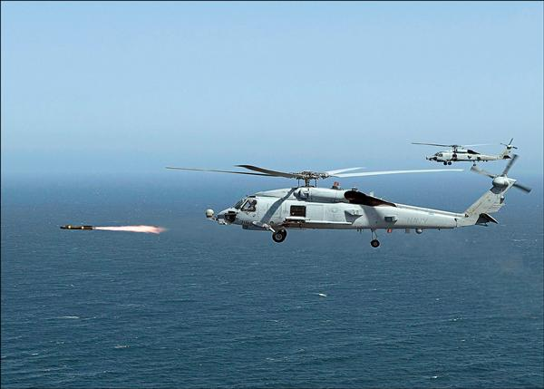 海軍參謀長蕭維民昨在立院備詢時證實,將配合派里艦採購十架與美軍現役同款的MH-60R海鷹反潛直升機。(法新社資料照)