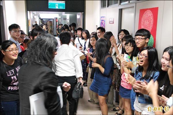 現場的一百名台大師生,聽到有條件通過決議,均鼓掌歡呼叫好。(記者游蓓茹攝)