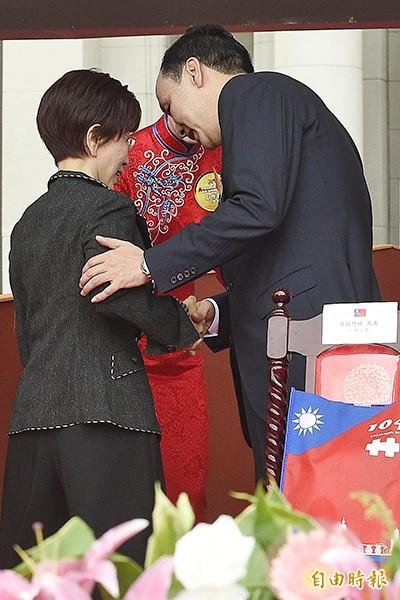 國民黨主席朱立倫(右)與立法院副院長洪秀柱(左)今年出席國慶大會,兩人短暫握手互動鮮少。(資料照,記者陳志曲攝)