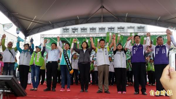 民進黨總統參選人蔡英文(中),盼有更多人加入支持改革的行列。(記者周敏鴻攝)