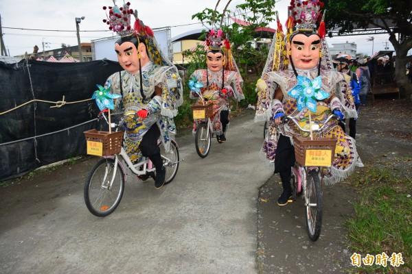「騎遇東北角、騎福做公益」單車活動,由三太子領車出發。(記者游明金攝)