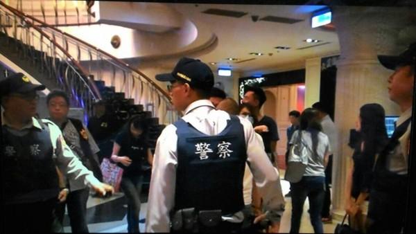 高市檢警大規模酒店舞廳掃毒,查獲79名嫌犯送辦。(記者黃良傑翻攝)