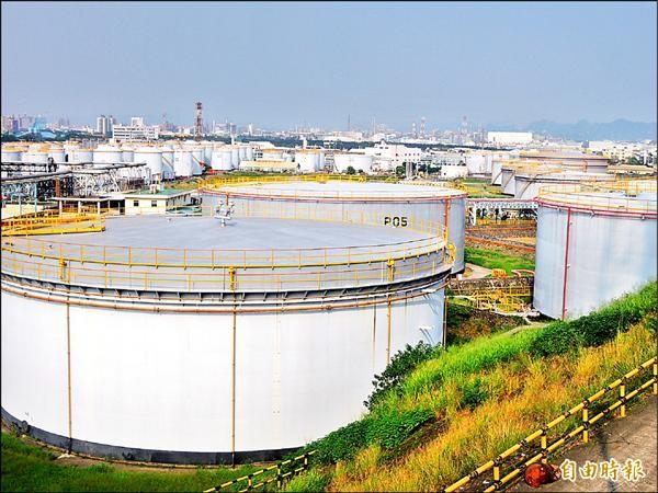 中油留下四十二座儲槽繼續運作,將成為後勁居民抗爭的引線。(記者葛祐豪攝)