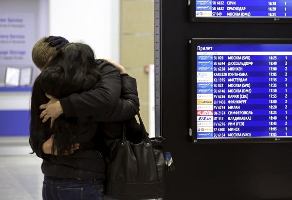 俄國班機墜機,全數罹難,家屬親友哀痛,互相擁抱安慰。(路透)