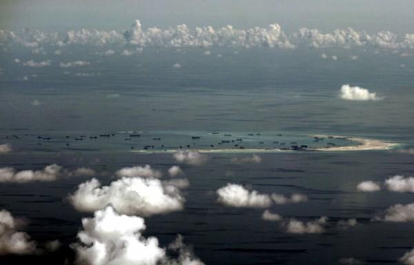菲律賓2013年時,向聯合國國際仲裁提交中菲南海主權紛爭,雖然中國不予理會,但國際仲裁庭29日表示,將對此案舉行聽證會。圖為中國在南海建設的人造島。(路透)