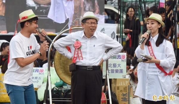 台北市長柯文哲31日參加鬧熱關渡節活動,與民眾一同逗熱鬧,不過一聽到要現場學跳關渡舞時,上午才騎自行車70公里的市長,馬上面露饒了我的神情。(記者劉信德攝)