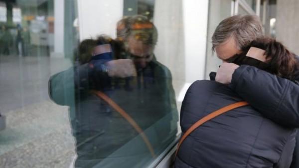 俄羅斯加林姆航空公司班機A-321墜毀於埃及,罹難者的家屬在機場悲痛不已。(歐新社)