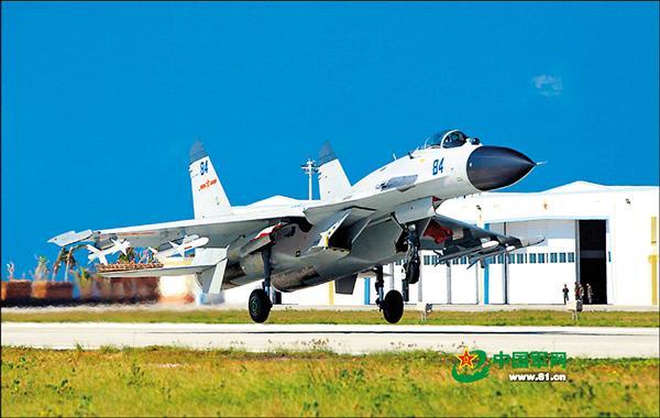 南海情勢逐漸升溫,中國「殲十一」戰機十月卅日在南海上空進行實彈訓練,並且疑似已經進駐西沙群島的永興島。圖為「殲十一」卅日疑在永興島機場的著陸瞬間。(取自網路)