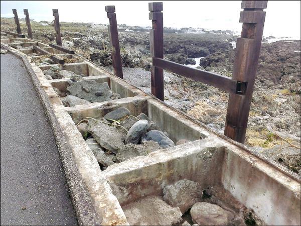 東管處把石梯坪海邊的木棧道進行拆除重作,木條都已拆光,提醒遊客不要進入以免危險。(東管處提供)