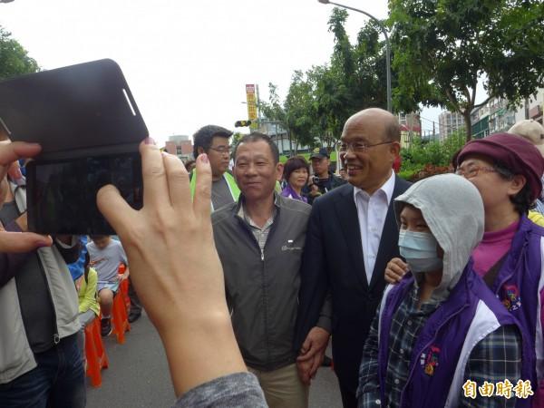 民眾熱情搶著和前行政院長蘇貞昌合照。(記者李雅雯攝)