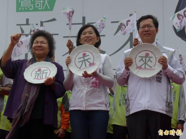 高雄市長陳菊(左)和桃園市長鄭文燦(右)為新北市第5選區立法委員參選人蘇巧慧站台輔選。(記者李雅雯攝)
