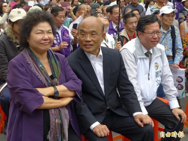 高雄市長陳菊(左)和前行政院長蘇貞昌(中)、桃園市長鄭文燦(右)在台下排排坐。(記者李雅雯攝)
