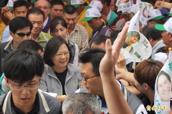 民進黨總統參選人蔡英文今天到彰化縣固樁,所到之處受到民眾簇擁歡迎。(記者張聰秋攝)