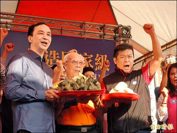 國民黨總統參選人朱立倫(左)昨陪同黨籍高市左楠區立委參選人張顯耀(右)前往天府宮上香並造勢。(記者王榮祥攝)