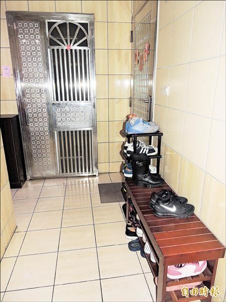 住宅大樓的樓梯間、共同走廊擺放鞋櫃,小心會被開罰!(記者賴筱桐攝)