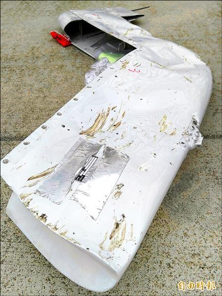 受損凹陷的飛機水平尾翼的翼尖。(記者姚介修攝)