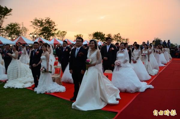 新人在黃昏中接受證婚,頗為浪漫。(記者吳俊鋒攝)