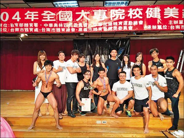 台灣大學健身美體社參加全國大專院校健美錦標賽,獲得3金2銀、團體組第1名的佳績,未來更計畫拍攝寫真年曆販售。(圖取自台大健身美體社臉書)