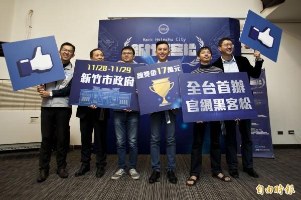 新竹市府發出英雄帖,廣邀網路高手來參加市府舉辦的黑客松官網設計大賽,參賽者將進行連續33小時的馬拉松式競賽,第一名獎金8萬元。(記者洪美秀攝)