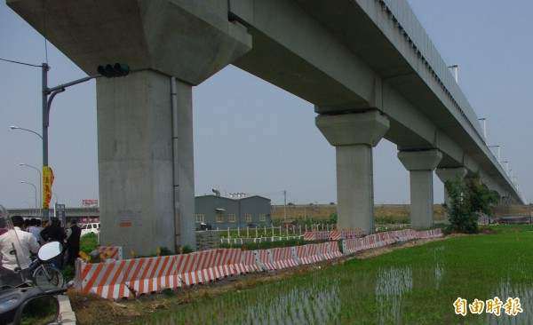 雲林縣議員表示,高鐵下方沒有路,只有田與草。(記者詹士弘攝)