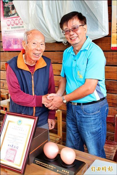 新竹縣關西鎮東興里長楊明勳(右)獲「金點英雄」獎,八十五歲志工宋接祥(左)向他道賀。(記者黃美珠攝)