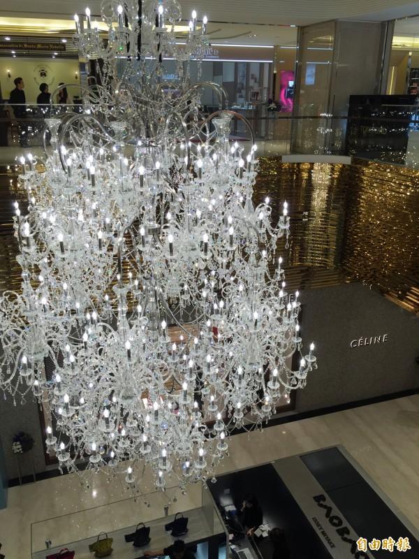 微風信義1樓懸掛大型水晶燈,氣氛典雅。(記者卓怡君攝)