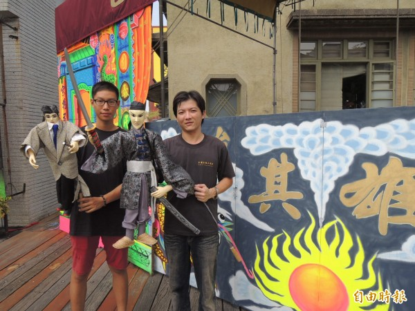 朱其島(右)將台灣近代史寫入劇本,為布袋戲文化帶來新活力。(記者林孟婷攝)