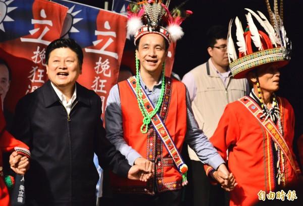 國民黨總統參選人朱立倫(中),獲得原住民名字「都倫」,意即「麻糬」並引申為團結之意。(記者游太郎攝)